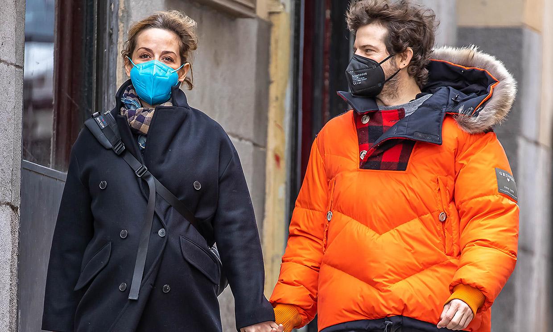 ¡La dulce espera! María Adanez luce embarazo paseando enamorada por Madrid