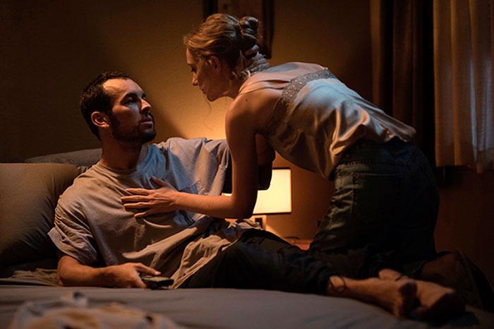 Mario Casas y Deborah François en 'El practicante'