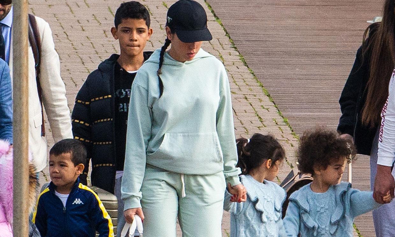 Georgina Rodríguez y sus pequeños 'grumetes' se hacen a la mar