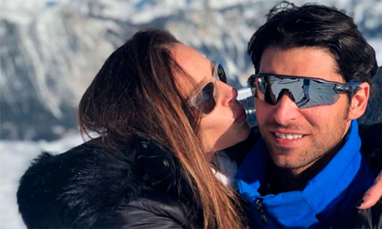 Cayetano Rivera y su divertido reto esquiando ¡con Eva González a caballito!