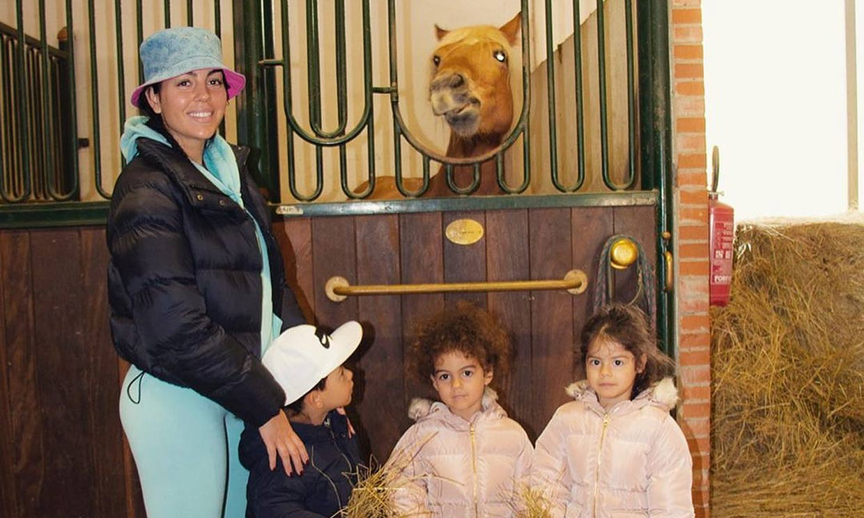 Las aventuras de Georgina Rodríguez y sus 'exploradores' en ¡las caballerizas!