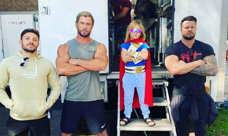 ¡Thor ya tiene sucesor! El hijo de Chris Hemsworth y Elsa Pataky se cuela en el rodaje convertido en superhéroe
