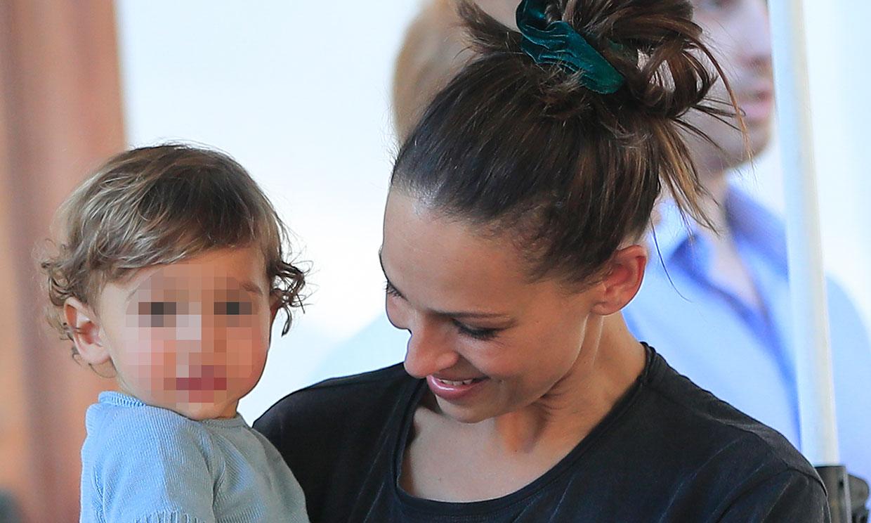 La tierna imagen del hijo de Eva González viendo a su madre por televisión