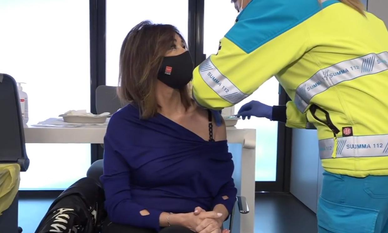 En el Wanda y con la bufanda del Atleti, Ana Rosa Quintana se vacuna en directo contra el Covid: 'Estoy feliz'