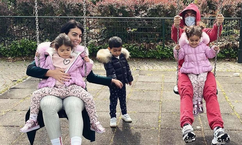 ¡Como niños! Georgina Rodríguez y Cristiano Ronaldo juegan en el parque con sus hijos