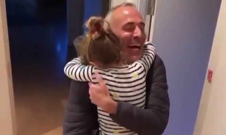 El precioso recibimiento de Érika, la hija de Álex Corretja cuando llega a casa