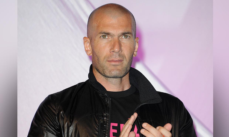 El estilismo casero de Zidane en tonos fucsia, a juego con su sofá y el libro, que se ha hecho viral