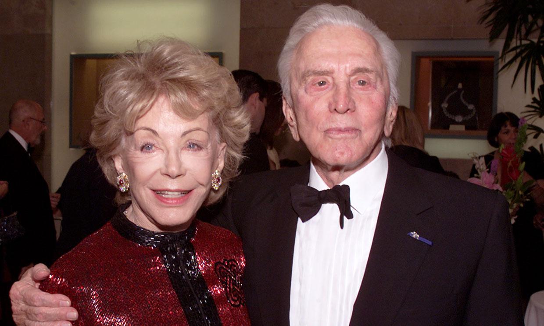Fallece la viuda de Kirk Douglas un año después de la muerte del actor
