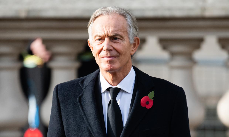 El llamativo cambio de imagen de Tony Blair: melena larga y canosa