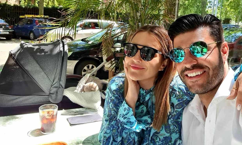 Reunión con amigos y romántica comida al sol ¡para tres! Paula Echevarría y Miguel Torres disfrutan con su hijo
