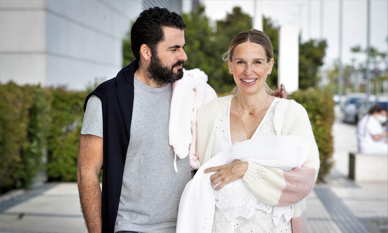 El primer paseo de Juana, la hija de Carola Baleztena y Emiliano Suárez