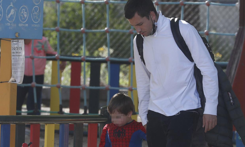 Benji Aparicio, tarde de parque junto a su hijo tras saberse que será padre de nuevo con Laura Matamoros