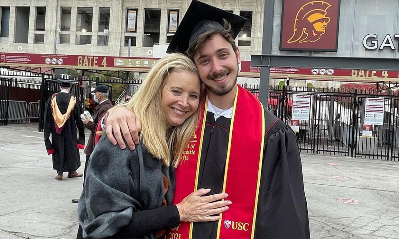 Lisa Kudrow, muy emocionada en la graduación de su hijo