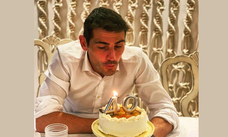 Iker Casillas sopla las velas en familia, con Sara Carbonero y sus dos hijos, Martín y Lucas