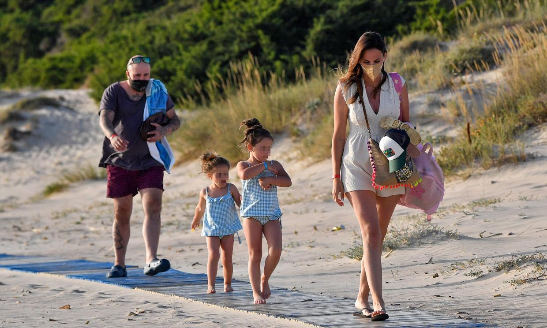 ¡A la playa con Irene Rosales y las niñas! Kiko Rivera se olvida por un momento de sus problemas con Isabel Pantoja
