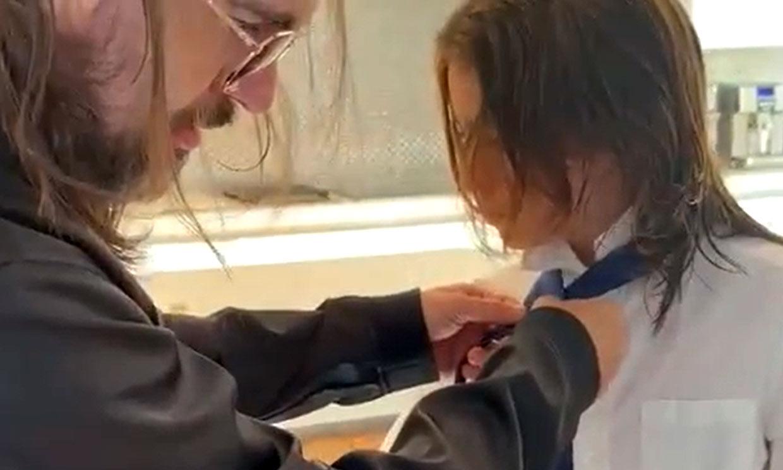 El tierno vídeo de Juanes ayudando a su hijo a vestirse para su graduación ¡con un tutorial!
