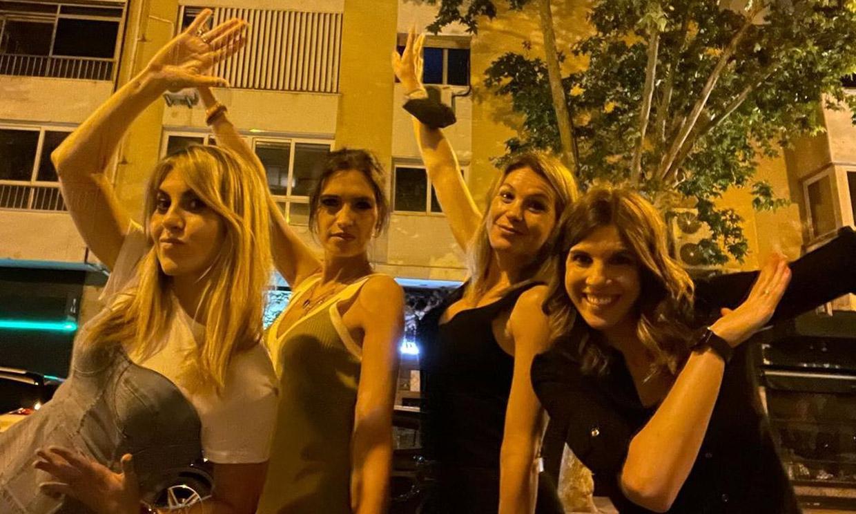 Sara Carbonero disfruta de una noche de 'verano' con sus amigas de laSexta