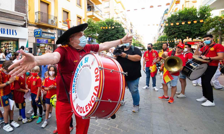 Pasacalles y ambiente festivo con Manolo 'El del Bombo': Sevilla ya está preparada para la Eurocopa 2020