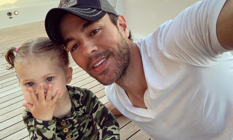 Enrique Iglesias comparte lo mayor que está su pequeña Mary, que ya tiene un año y medio