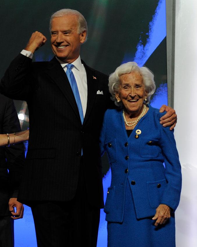 Joe Biden con su madre