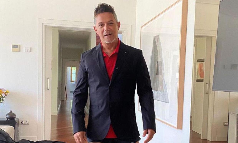 Alejandro Sanz deja a todo el mundo boquiabierto... ¡con chanclas, calcetines y pantalón corto!