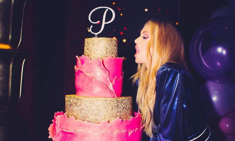 Baile con sus hijos y una enorme tarta dorada: Paulina Rubio celebra su cincuenta cumpleaños