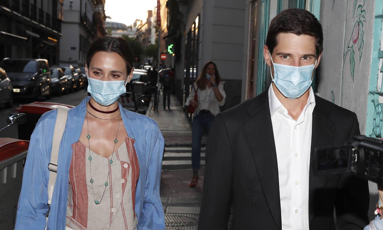 Claudia Osborne, junto a su futuro marido, visita la exposición de su suegra: 'Es una artistaza'