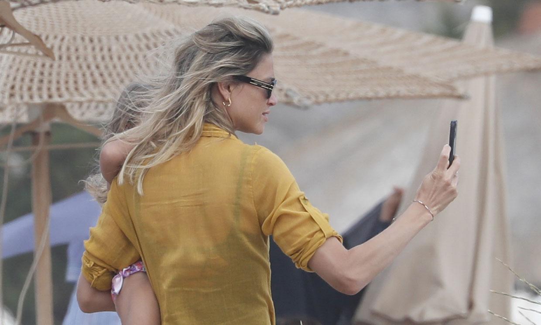 Carla Pereyra captura para su álbum personal sus vacaciones familiares en Ibiza