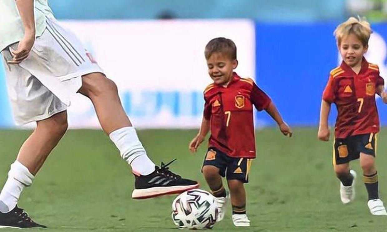 Los hijos de los futbolistas imitan a sus papás para celebrar la victoria de la selección española