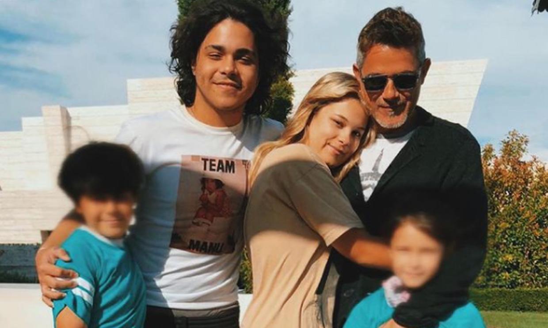 La inmensa felicidad de Alejandro Sanz en la última imagen con sus cuatro hijos