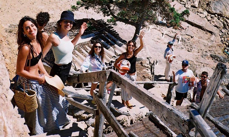 Ricardo Gómez, Macarena García y Claudia Traisac se reencuentran con toda su pandilla en Ibiza