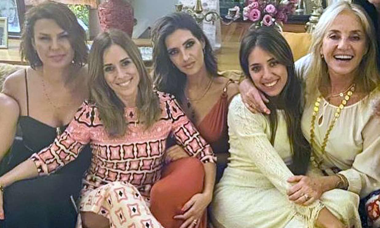 Sara Carbonero disfruta de una fiesta con mucho arte junto a la familia Carmona y el cantante Camilo