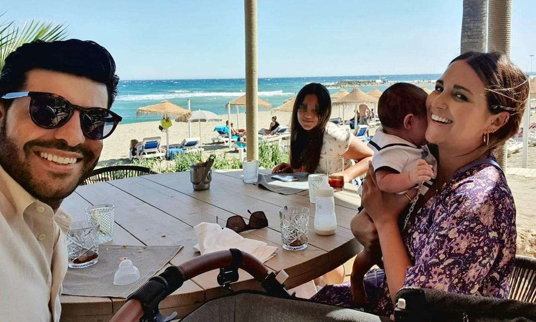 En la playa, de cena con amigos… el hijo de Paula Echevarría se apunta a todos los planes