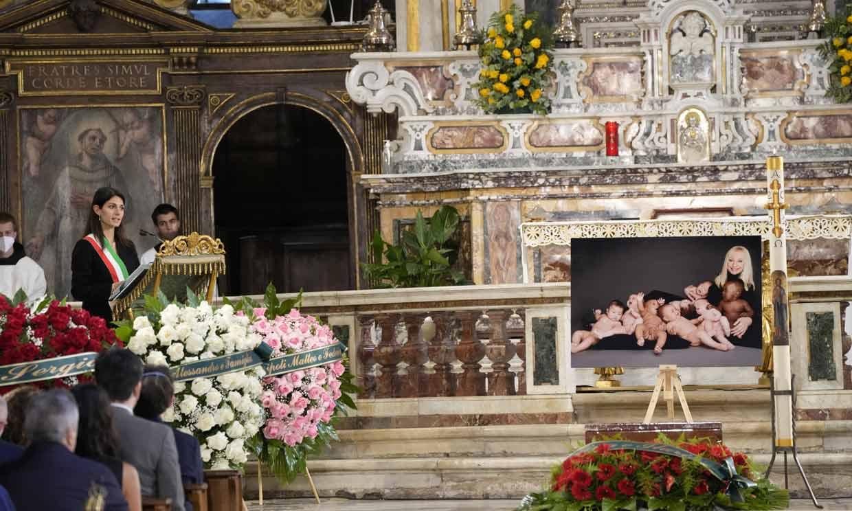 Familiares, amigos y autoridades despiden a Raffaella Carrà en un emotivo funeral lleno de guiños a la artista