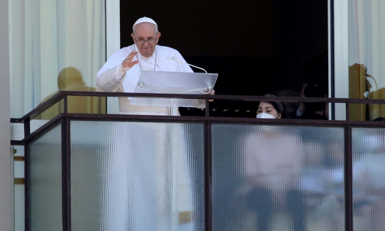 El Papa Francisco reaparece una semana después de su operación de colon