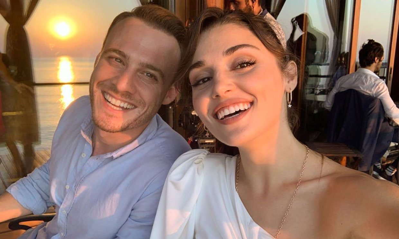 La faceta más bromista de Kerem Bürsin con Hande Erçel y sus compañeros de 'Love in in the air'