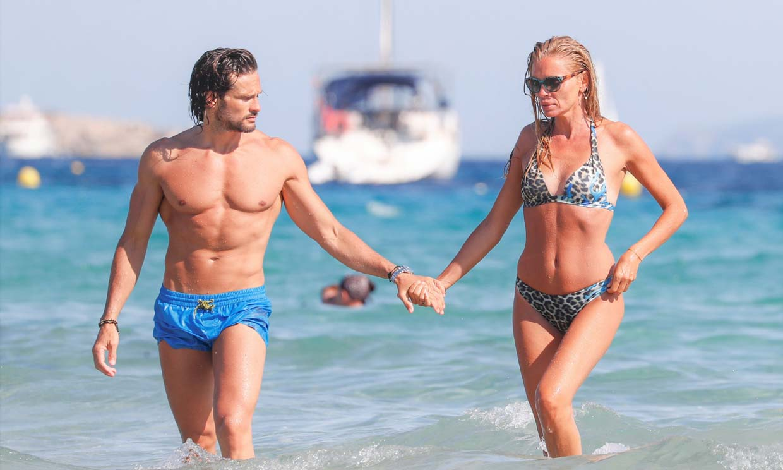 El dulce momento de Esther Cañadas junto a su hija y su novio 'cañón' en el mar de Ibiza