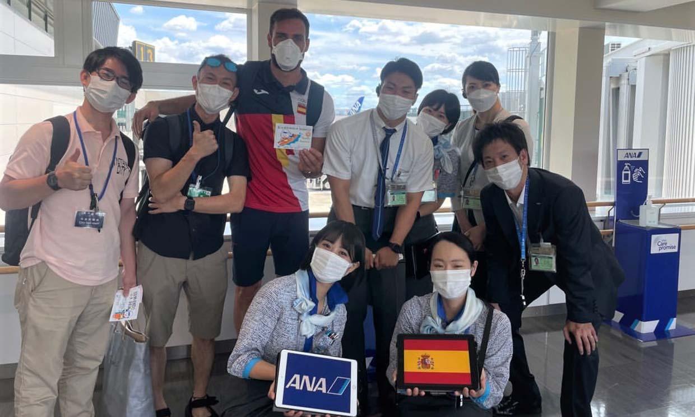 Con escolta de ocho personas y acompañado hasta el servicio: así ha sido la llegada del abanderado Saúl Craviotto a Japón