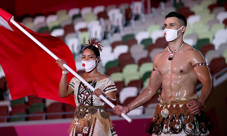 El abanderado de Tonga regresa a los Juegos Olímpicos y vuelve a causar sensación en la inauguración de Tokio 2020
