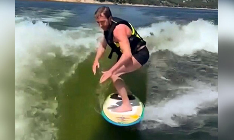Las impresionantes imágenes de Pablo Motos surfeando, ¡menudo estilazo tiene: de aquí, a las Olimpiadas!