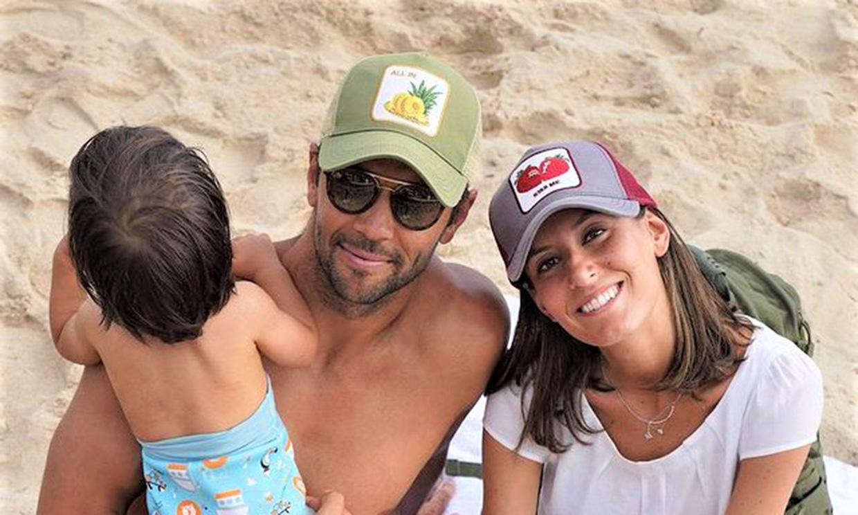 ¡Buscando cangrejos! Las simpáticas vacaciones en la playa de Ana Boyer y Verdasco con su hijo Miguel