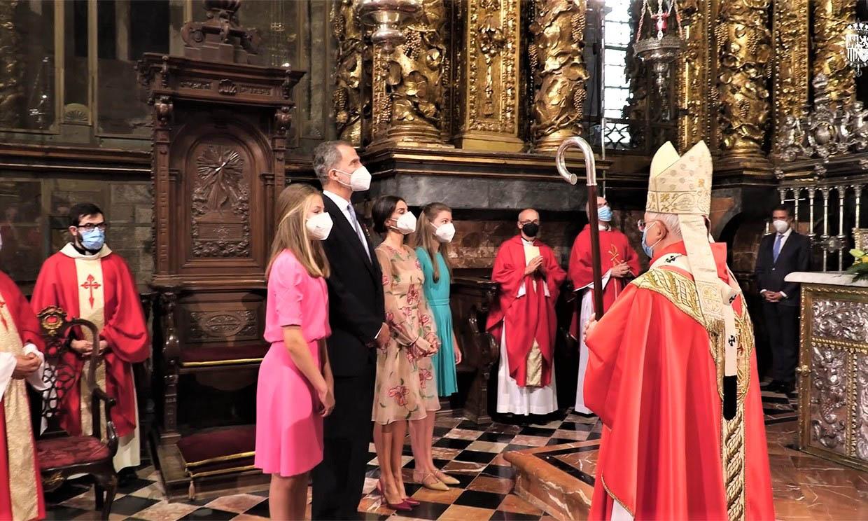 Impresionadas por el ritual del botafumeiro, así se han mostrado Leonor y Sofía en la Ofrenda al Apóstol