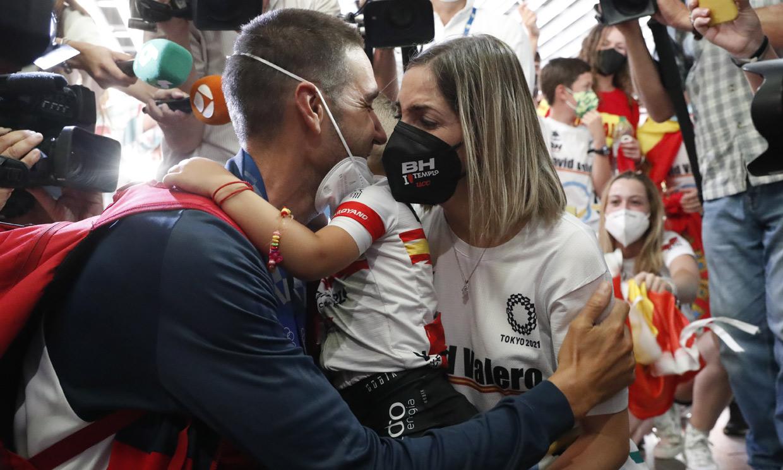 El emocionante reencuentro de los medallistas olímpicos Adriana Cerezo y David Valero con sus familias