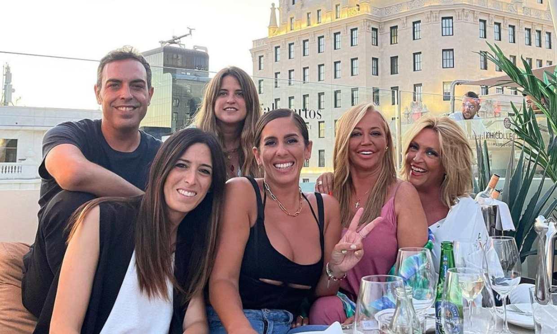 Anabel Pantoja celebra su 'cumplepanto' rodeada de sus compañeros en el cielo de Madrid