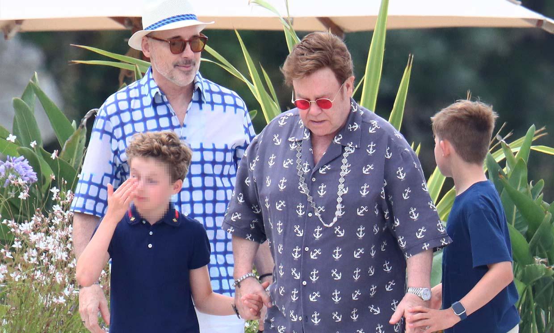 Elton John, fiel a su estilo 'Rocket Man', de vacaciones en Cannes con su marido y sus hijos