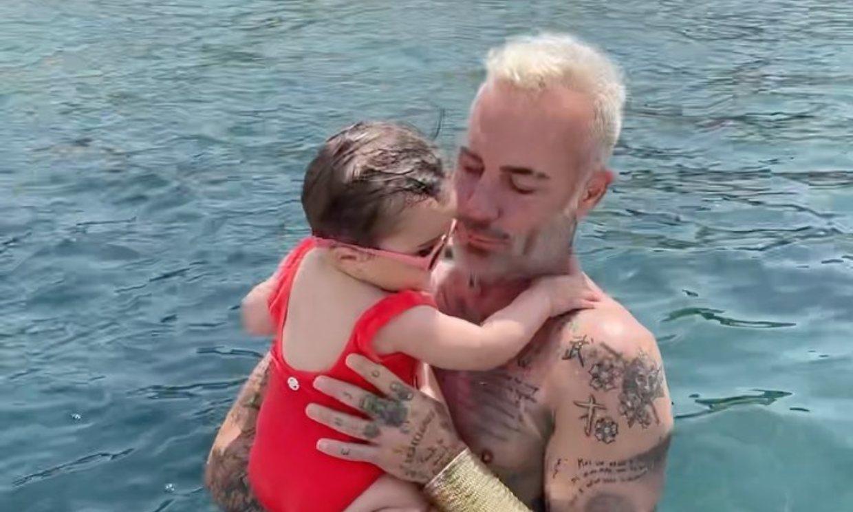 ¡Al agua con papá! Gianluca Vacchi disfruta del 'primer baño en el mar' de su hija