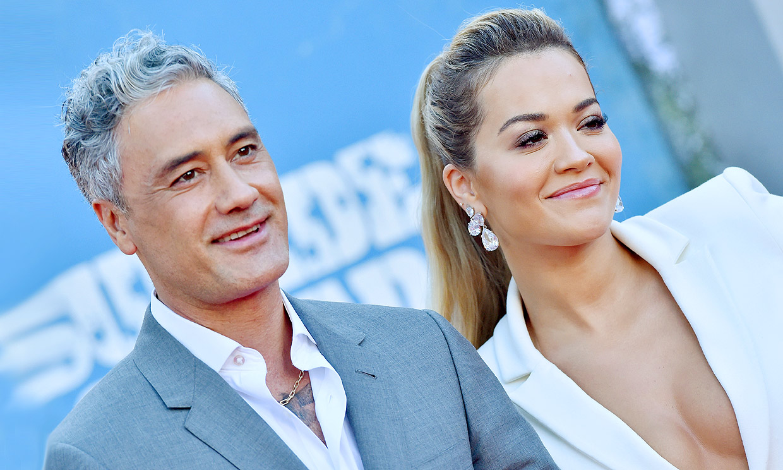 ¡El amor vuelve a la alfombra roja! Rita Ora posa por primera vez con su novio, el actor Taika Waititi