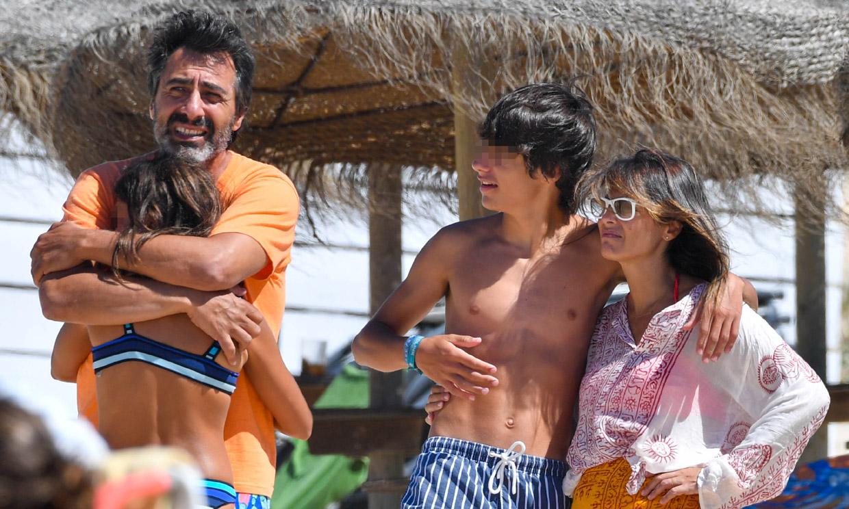 Nuria Roca hace un alto en su verano más intenso para disfrutar de la playa con Juan del Val y sus hijos