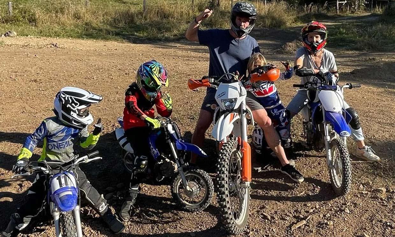 ¡Pura adrenalina sobre ruedas! Chris Hemsworth, Elsa Pataky y sus hijos, una familia de moteros