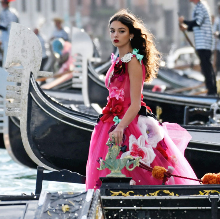 Las hijas adolescentes de Monica Bellucci y Christian Bale debutan sobre la pasarela en Venecia